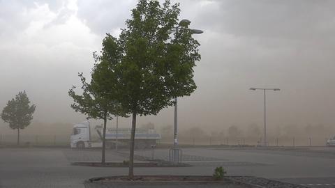 Eine aufgewirbelte Staubwolke sorgte an der A5 bei Weiterstadt für Sichtprobleme.