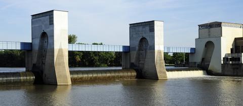 Eine Brücke führt bei Frankfurt-Griesheim über den Main.