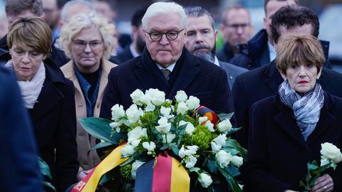 Bundespräsident Steinmeier (Mitte) hat in Hanau der Opfer gedacht.