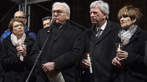 Bundespräsident Steinmeier und Ministerpräsident Bouffier mit ihren Ehefrauen auf der Hanauer Mahnwache.