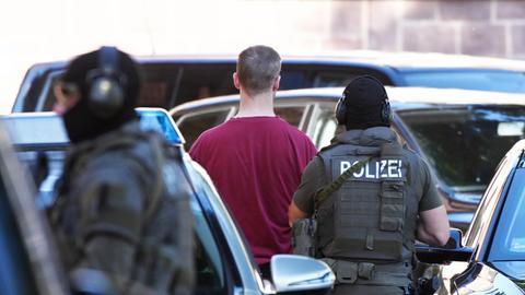 Stephan Ernst wird von Polizisten dem Bundesgerichtshof in Karlsruhe überstellt.