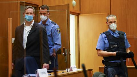 Der Hauptangeklagte im Prozess um den Mord am Kasseler Regierungspräsidenten Lübcke, Stephan Ernst (l), am Donnerstag im Gerichtssaal.