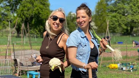 Susi (li.) und Chrissy auf ihrem Acker