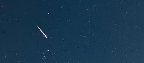 Eine Sternschnuppe am Nachthimmel