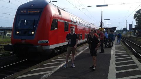 Fahrgäste auf dem Bahnhof in Gelnhausen vor ihrer Regionalbahn.