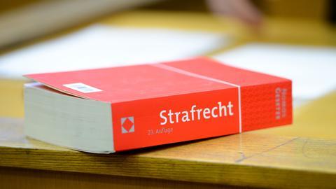 """Êin Buch mit der Aufschrift """"Strafrecht""""."""