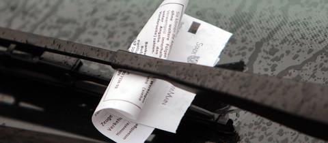 Strafzettel an der Winschutzscheibe eines Autos in Frankfurt