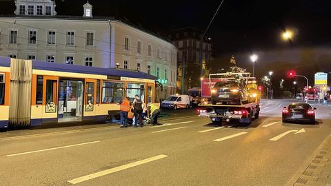 Feuerwehr und Abschleppwagen an der entgleisten Tram.