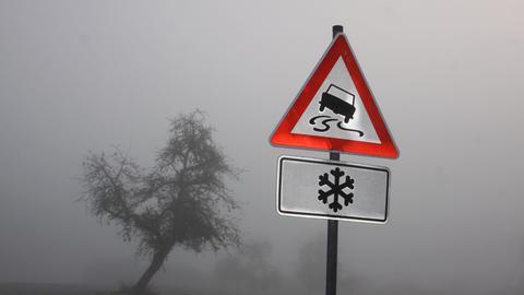 Straßenschild Glatteis und Schleudergefahr