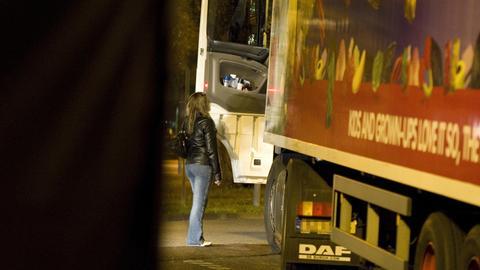 Frau am Straßenstrich an der Messe Frankfurt unterhält sich mit einem Lkw-Fahrer