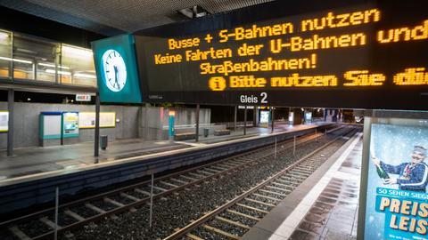 Anzeigetafel auf einem leeren Bahngleis weist auf Ausfall der Bahnen hin.