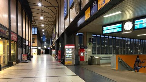Zu Beginn des Bahnstreiks ist die Bahnhofshalle menschenleer.