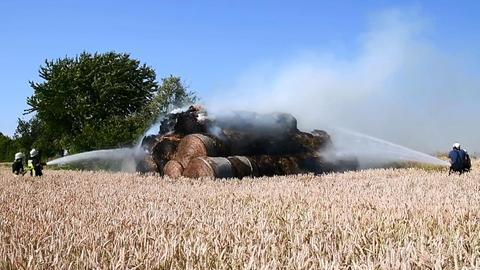 Rund 200 Strohballen fingen auf einem Feld in Biblis Feuer.
