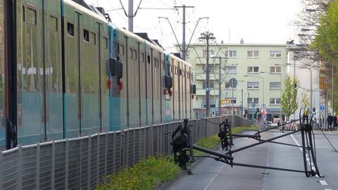 Stromabnehmer der U-Bahn auf der Straße