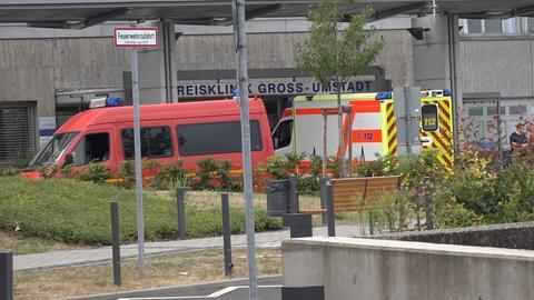 Einsatzfahrzeug vor der Kreisklinik Groß-Umstadt