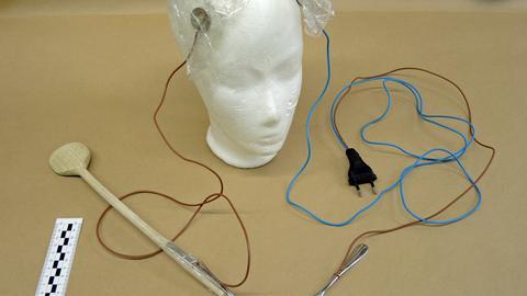 Mit dieser Apparatur sollen sich die Frauen Stromschläge zugeführt haben.