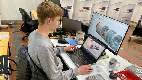Maschinenbau-Student Daniel Klassen sitzt an einem Computer vor dem Entwurf der Tunnelbaumaschine