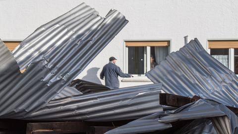 Von einem Sturm heruntergerissen wurde dieses Wellblechdach einer Halle in Niederdorfelden.