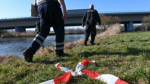 Einsatzkräfte suchen an der Fulda in Guxhagen nach dem vermissten Mädchen.