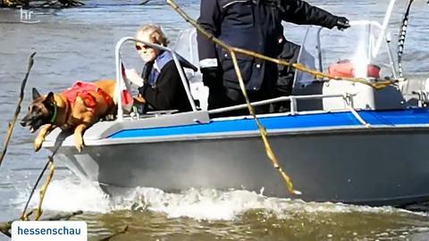 Polizisten mit Boot suchen auf der Fulda nach einem vermissten fünfjährigen Mädchen