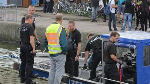 Einsatzkräfte suchen am Montag auf Usedom nach Wrackteilen des abgestürzten Kleinflugzeugs.