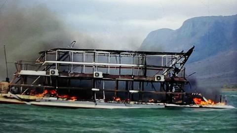 Das brennende Luxus-Hausboot auf dem Jozini See in KwaZulu Natal Südafrika.