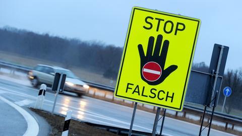 """Schild an der Autobahn mit der Aufschrift """"Stop Falsch"""", das Falschfahrer verhindern soll."""