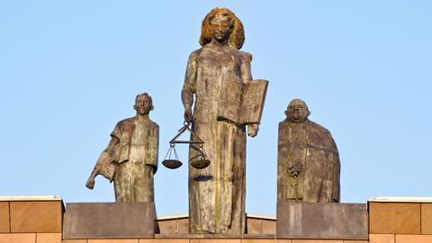 Statue der Justitia auf dem Dach des Landgerichts Darmstadt