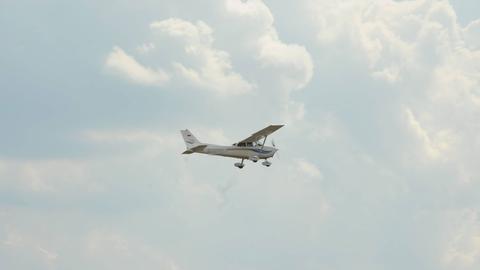 Kleinflugzeug in den Wolken