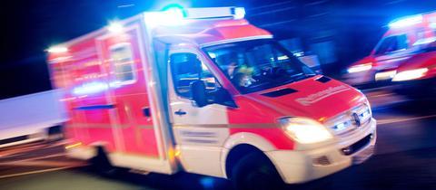 Einsatzfahrt eines Krankenwagens in der Nacht