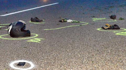 Motorradhelm liegt auf der Straße nach Unfall