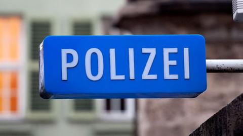 Schild mit der Aufschrift Polizei