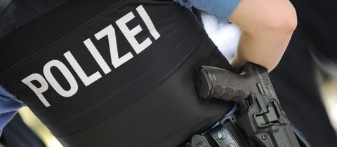 Ein hessischer Polizist in Uniform mit Dienstwaffe.