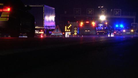 Einsatzfahrzeuge bei einem nächtlichen Unfall auf der A5