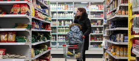 Mutter mit Kind im Supermarkt