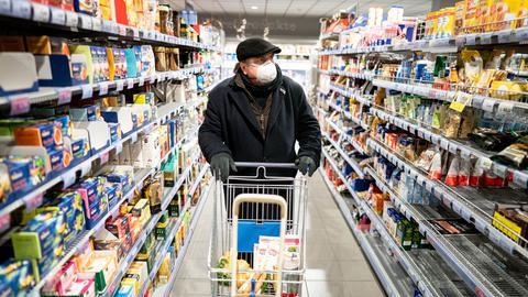 Kunde mit Mundschutz im Supermarkt
