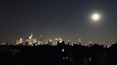 Mond über Frankfurter Skyline
