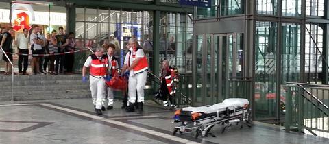 Verletzter wird abtransportiert