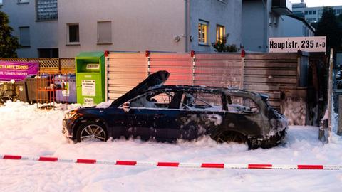 Ausgebranntes Autowrack an der Tankstelle in Eschborn