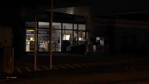 Eine Tankstelle im Dunkeln.