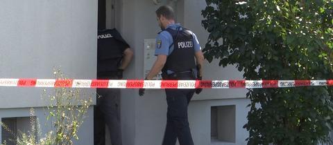 Polizisten betreten die Flüchtlingsunterkunft in Kirchheim nach der Messerstecherei.