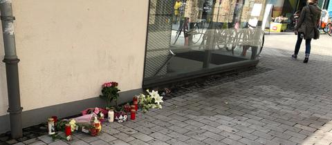 Blumen am Freitag am Tatort in Frankfurt-Bornheim.