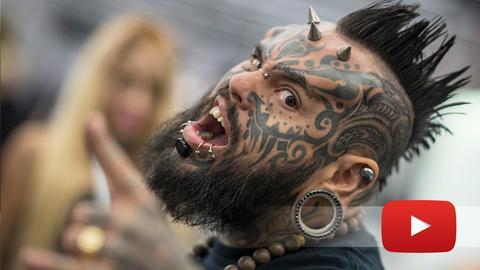 Der spanisch-venezolanische Body-Künstler und Tätowierer Emilio Gonzalez präsentiert sich auf der Internationalen Tattoo-Convention in Frankfurt.