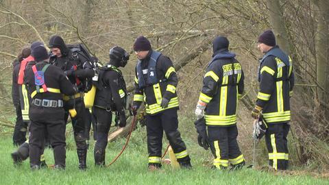 Taucher und Einsatzkräfte der Feuerwehr am Samstag in Niederaula an der Fulda.