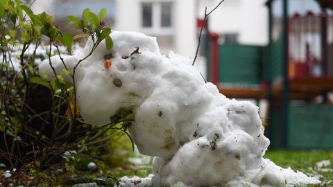 Ein Schneemann schmilzt