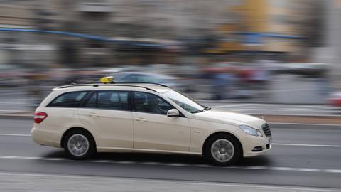Taxi fährt durch Frankfurt