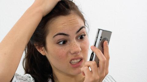 Verärgerte Frau mit Telefon in der Hand