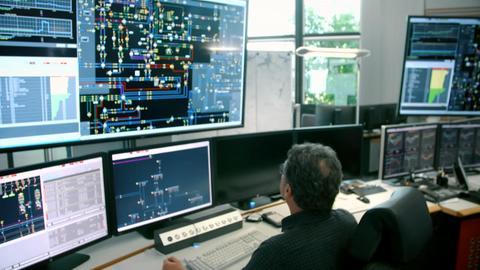 Mitarbeiter bei Tennet kontrollieren den Status der Stromleitungen permanent.