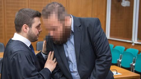Als Angeklagter betritt ein 37-jähriger gebürtiger Syrer (r.) den Sicherheitssaal des Frankfurter Landgerichts. Neben ihm steht sein Verteidiger Ali Aydin.