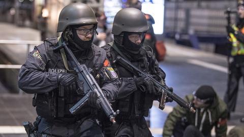 Einsatzkräfte und Statisten bei Antiterrorübung